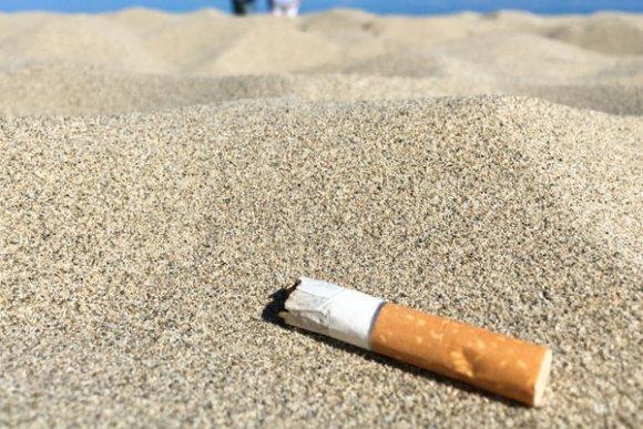 Las colillas son la basura más común en las playas españolas